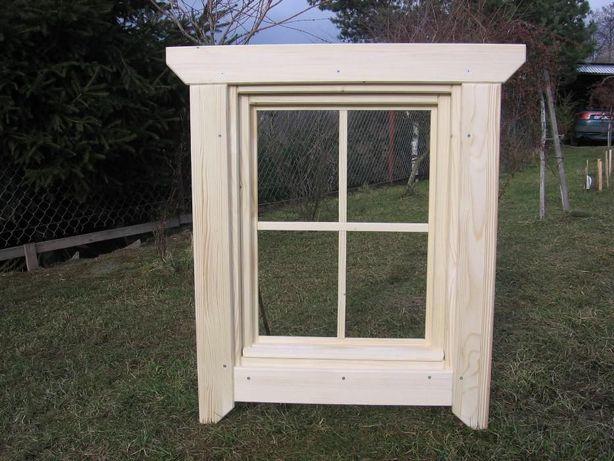 Okno Drewniane Z Okiennicami I Ozdobnymi Zawiasami Bystra