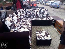 A six SEATER corner and also a footrests