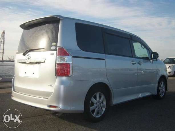 Toyota Noah Si Year 2010 Model Automatic 7 Seater Valvematic Silver Nairobi West - image 8