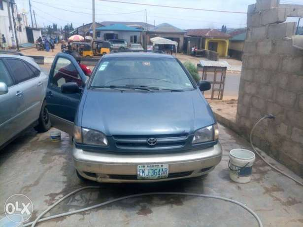 Neatly maintained Toyota sienna Agege - image 3