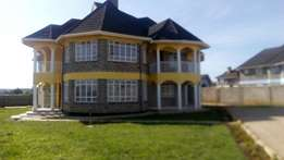 4 bedroom maisonette all ensuite with on 1/2 acre in secure