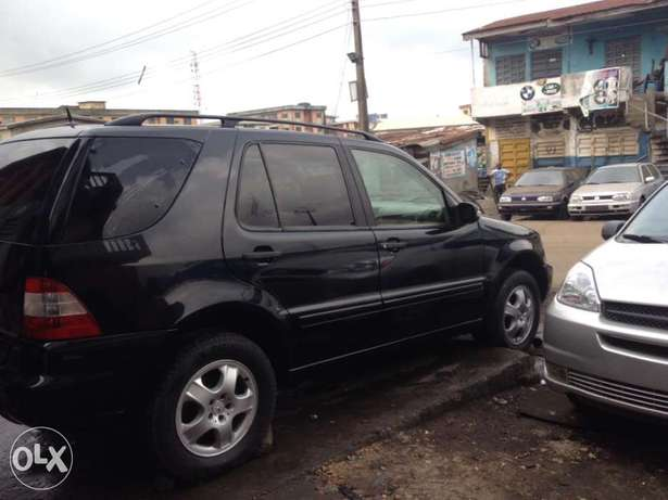 Tokunbo Mercedes Benz ML350 leather interior with 3 row sit Apapa - image 4