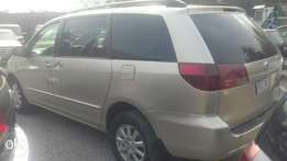 buy a clean Toyota sienna 2005 for a giveaway price.