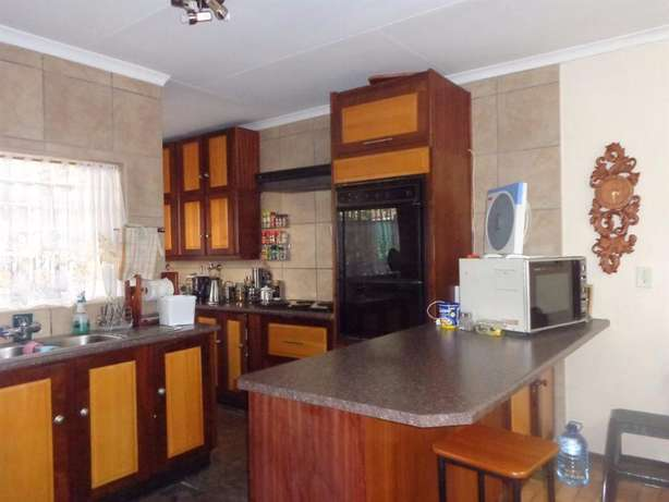 Spacious three bedroom townhouse up for sale Sinoville - image 2