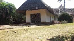 •Malindi near mwembe resort •Plot with house on sale •Swimming pool •S