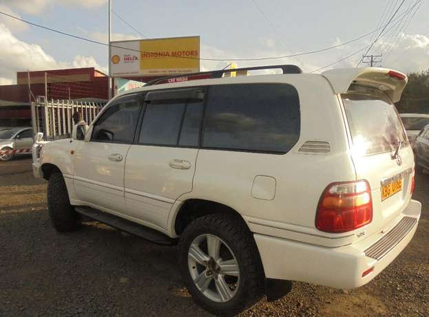 land cruiser V8 petrol with sunroof and an extreemly neat interior. Karen - image 3