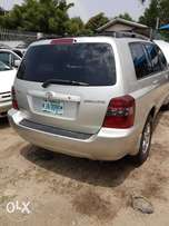 Neatly used 05 toyota highlander for sale.