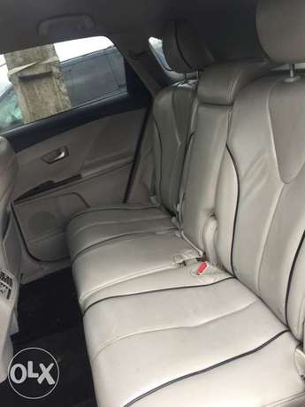 clean Toyota Venza buy and used no condition Ac chilling leather inter Ikotun - image 7