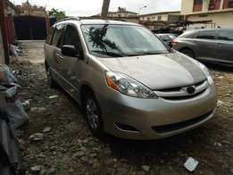 Clean 2006 Toyota Sienna for 2.1M