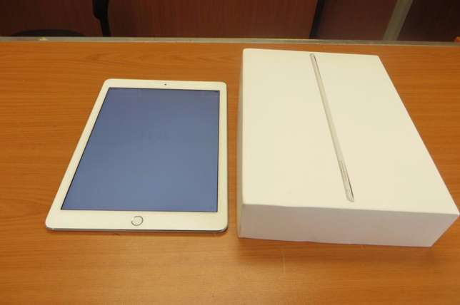 Apple IPad Air 2 64 GB 3g/WiFi with a bluetooth keyboard case Imara Daima - image 1