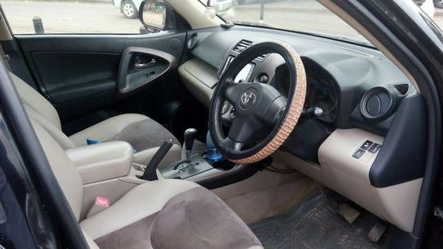 Extra clean Toyota Vangurd pure leather seats Just buy and drive Nairobi CBD - image 2