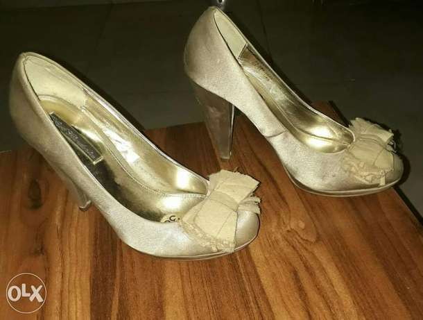 Black gardenia champagne satin court shoes Benin City - image 2