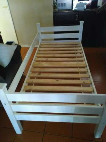 Single bed frame and chest of draws Durban North - image 3