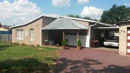 Spacious 4 bedroom House with swimmingpool for sale