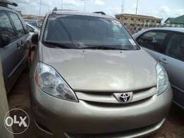 2005 Toyota Sienna tokunbo urgent sale accident free