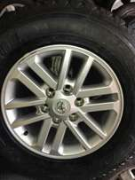 Single 17 inch tyre and rim.265/65/17