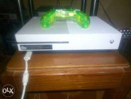 Xbox one S with Fifa18 and AC unity
