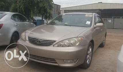 Toyota Camry XLE Gold Color Ikeja - image 2