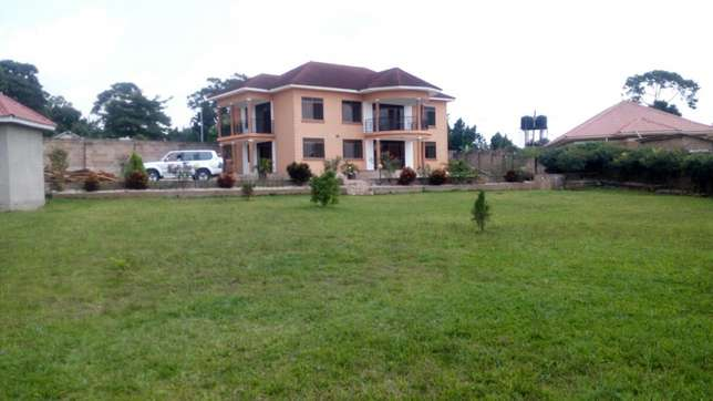 5bedrooms 5bathroom stand alone in Namugongo at 2m on half acre Kampala - image 1