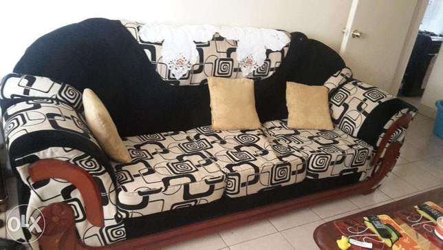 7 seater sofa set in very good condition.with mix velvet material. Ruaka - image 3
