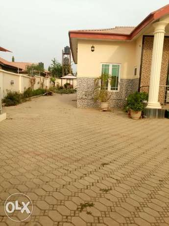 Lovely 3 bedrooms bungalow with one bedroom Bq. To let Abuja - image 4