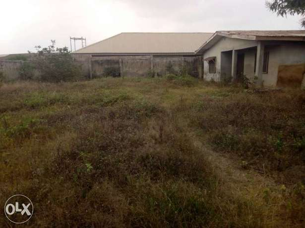 Lovely 3Bedrm bungalow on one and half plot at Ologede estate For Sale Ibadan - image 1