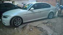 Urgent selling bmw 320i 6 speed with sun roof every thing is working p