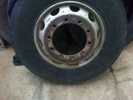 Rim for an 11r tyre size