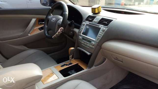 2008 Toyota Camry XLE with reverse camera and sport alloy. Kosofe - image 6
