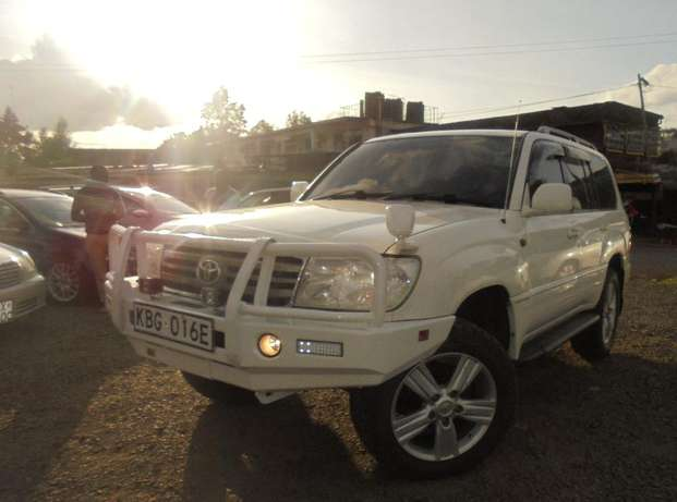 land cruiser V8 petrol with sunroof and an extreemly neat interior. Karen - image 1