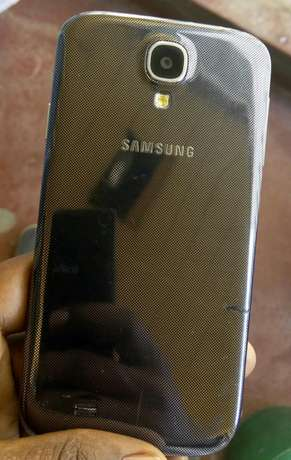 Samsung Galaxy S4 on quick sale, very clean in excellent condition Umoja - image 3