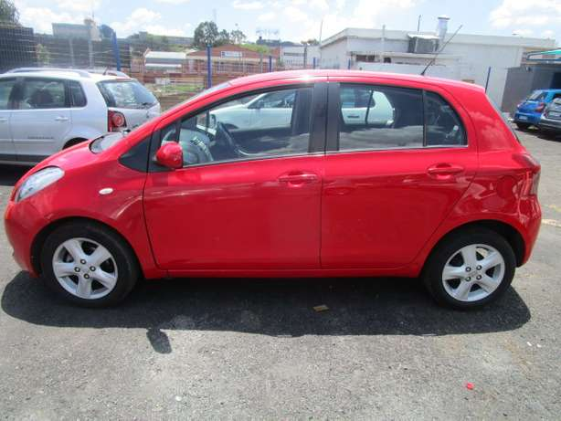 Toyota Yaris T3 H/B A/T 2007 model with 5 doors Johannesburg - image 3