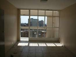 Berea open plan bachelor flat to let for R2500 with bathroom