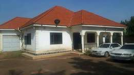 4bedrooms &3bathrooms house for sale in munyonyo at 700m