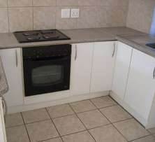Neat two bedroom, 3th floor flat at Selborne Place complex durbanville