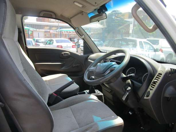 Hyundai H100 2.6 2013 model with 2 doors Johannesburg CBD - image 6