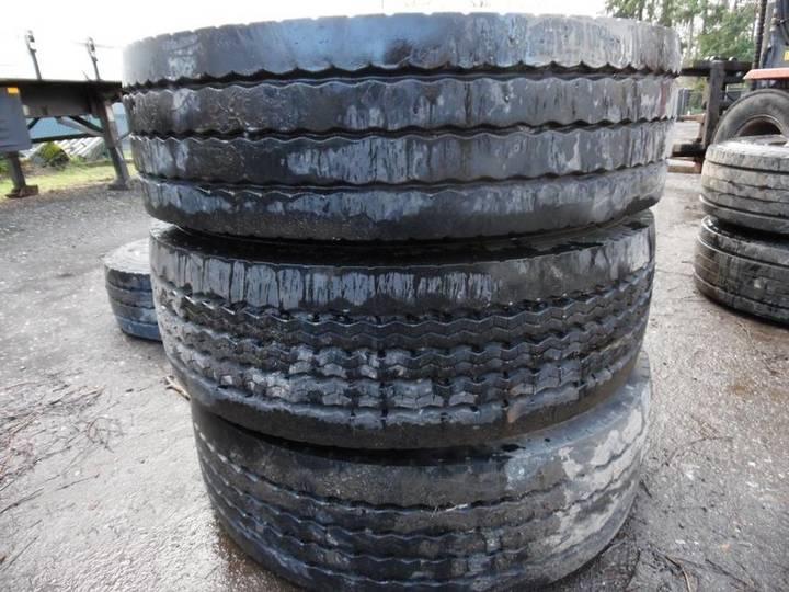 Bridgestone lot van 8 diepladerbanden