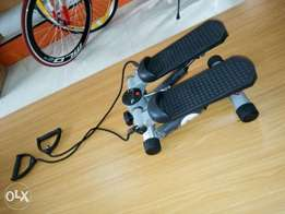 Exercise stepper with exercise rope
