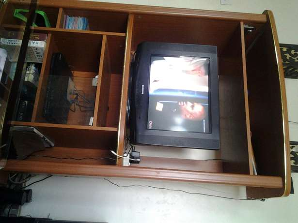 T.v stand and 21' sumsung tv with remote. Roysambu - image 2