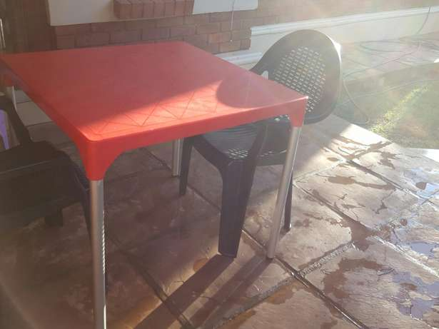 2 black plastic chair and a red square table Rustenburg - image 3