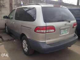 Neatly used Toyota Sienna 2001model first paint