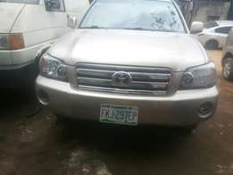 Neatly used 05 highlander 3 seaters for sale.