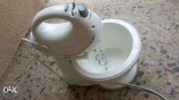Automatic self turning hand mixer in perfect condition.