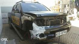 Nissan NAVARA kCD with damaged wing