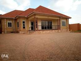 New 3bedrooms 3bathrooms +2roomed guest wing at only UGX375M in Kira