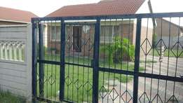 3 Bedroom house in Florapark R6500 with a garage