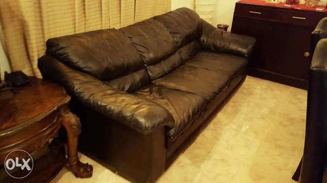 Leather sofa for sale 3+2 please send any reasonable *offer *urgent* الرياض -  1