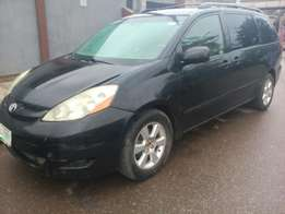 Registered 2007 Toyota Sienna (leather+rooftop dvd)