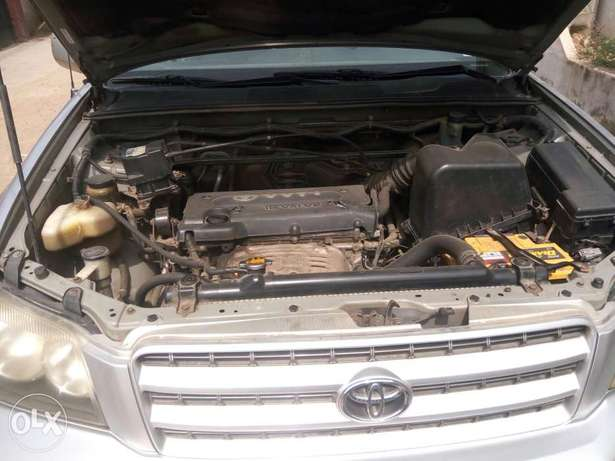 Well maintained Toyota highlander, contact for more details. Adage - image 5
