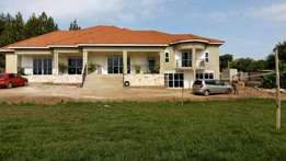 House for sale kitende entebbe road 8 bedrooms 5birthrooms 1.5acres 65